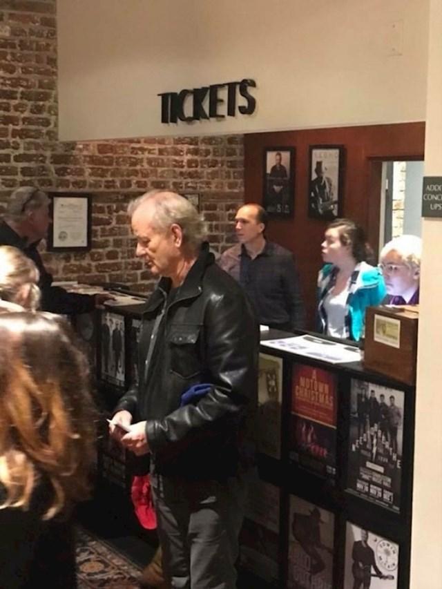 Glumac Bill Murray išao je kupiti puno ulaznica za koncert, kasnije ih je dijelio besplatno.