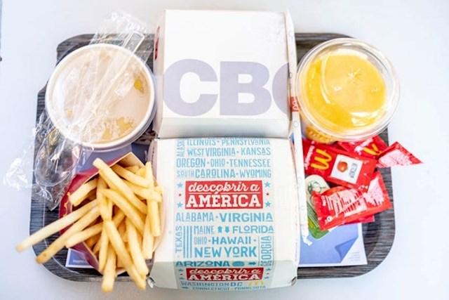"""Konačno sam dobio hranu: Chicken Bacon Onion sendvič, Miami Burger, Creme de Legumes juhu, srednje krumpiriće i smoothie s mangom i ananasom."""