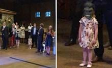 Bračni par je plesao svoj prvi ples, a onda se pojavila jedna klinka i nasmijala goste vjenčanja