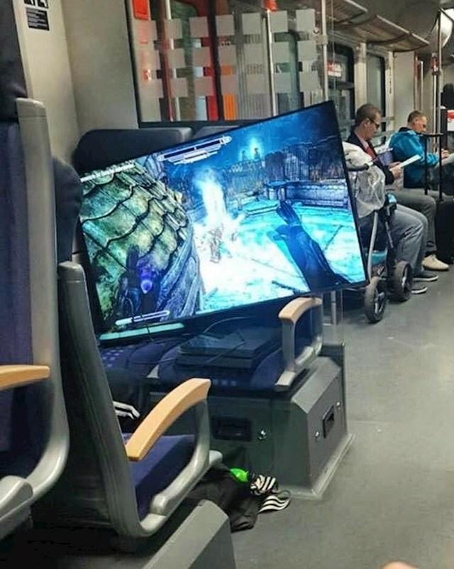 Bilo mu je jako dosadno pa je u podzemnoj željeznici igrao igrice na ogromnom ekranu.