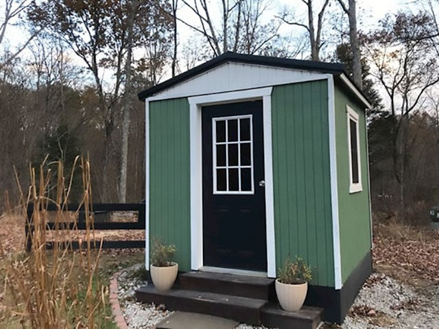 Ova mala kućica služi kao ured u kojem članovi obitelji imaju svoj mir ako trebaju nešto raditi, pisati...