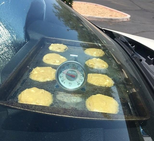 Vani je bilo jako vruće pa je netko pokušao ispeći keksiće u autu.