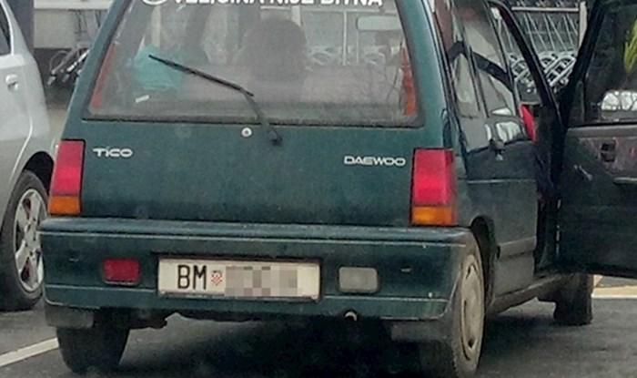 Prolaznici su se smijali kad su vidjeli kakav je natpis netko iz Baranje zalijepio na svoj auto