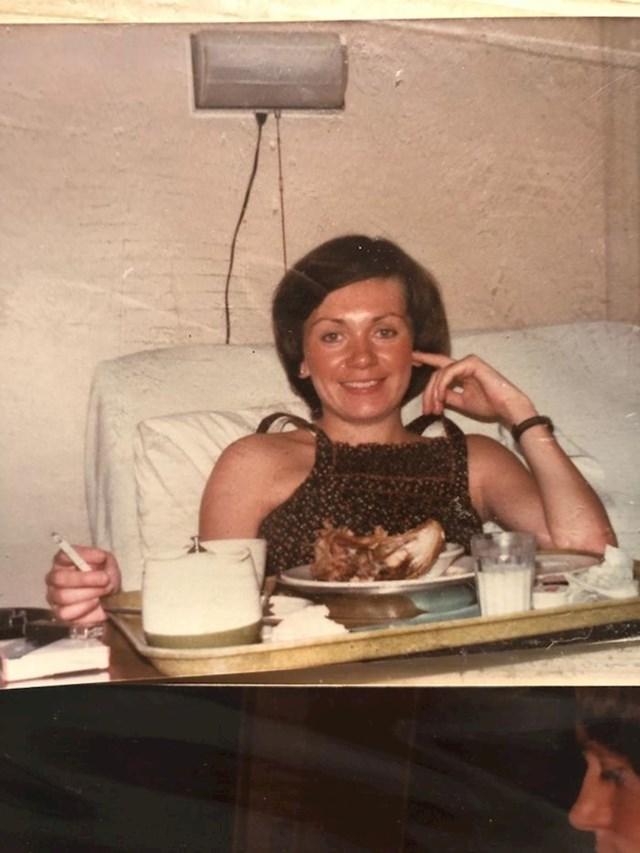 """""""Ovo je mama nakon što je rodila moju sestru. Jela je prženu piletinu i pušila cigaretu."""""""