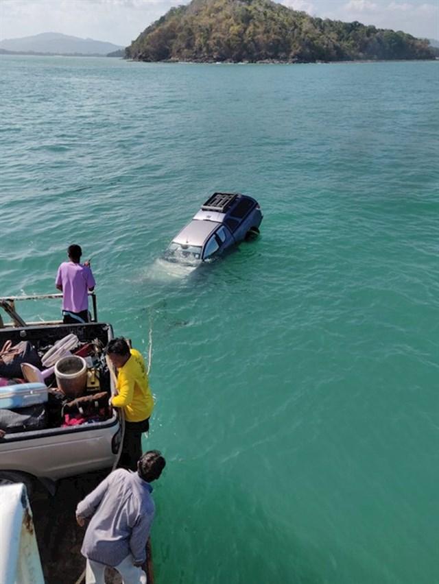 Netko je na ovom trajektu zaboravio povući ručnu kočnicu u autu.