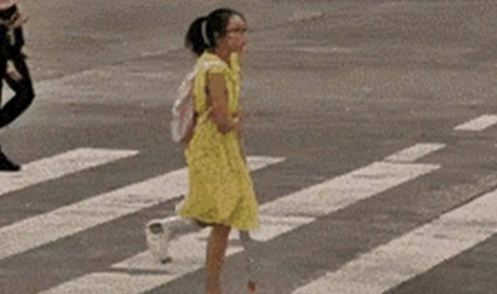 Djevojčica sa slomljenom nogom se mučila s prelaskom ceste, a onda se pojavila jedna žena...