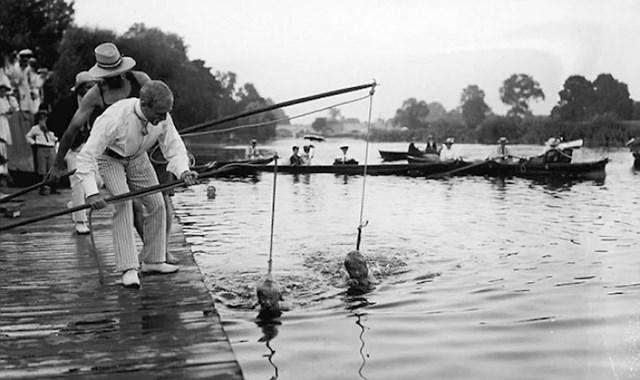 Kako su djecu u tridesetim godinama prošlog stoljeća učili plivati...