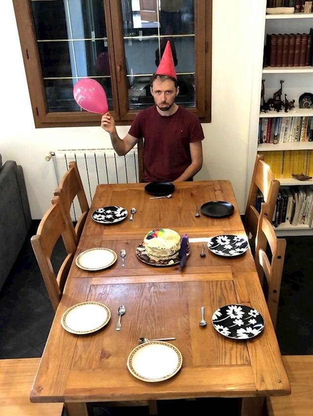 Zbog koronavirusa je ovako morao proslaviti svoj rođendan. :D