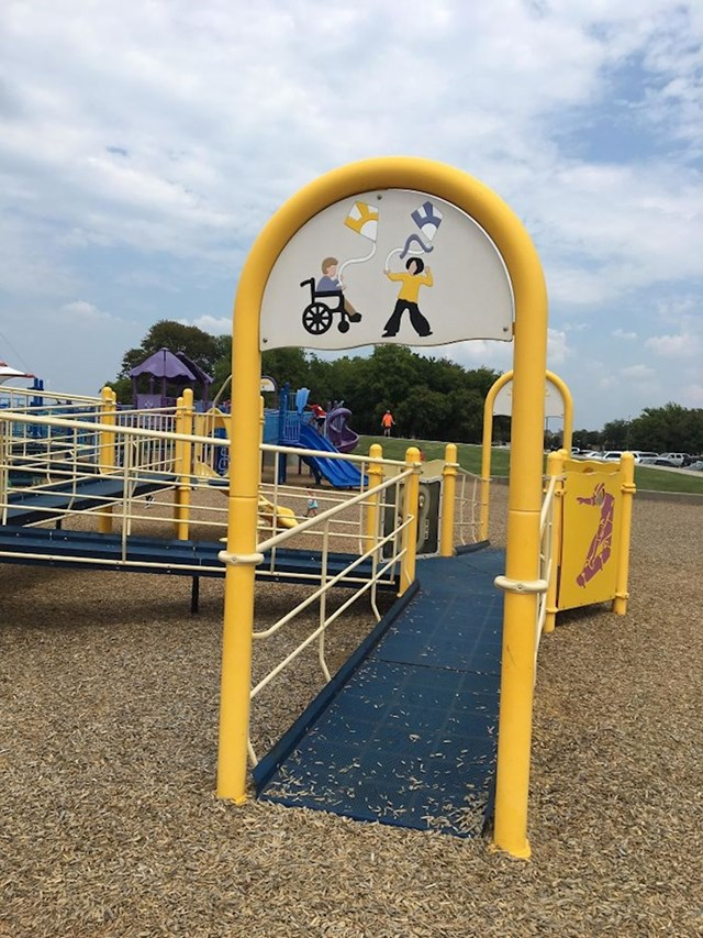 Ovo igralište ima rampe pomoću kojih se i djeca u kolicima mogu igrati.