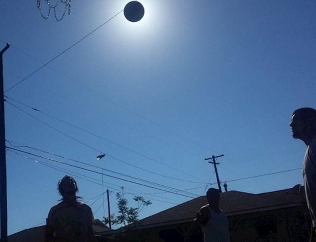Izgleda kao pomrčina sunca, no zapravo je riječ o košarkaškoj lopti koja je slikana u najboljem mogućem trenutku.