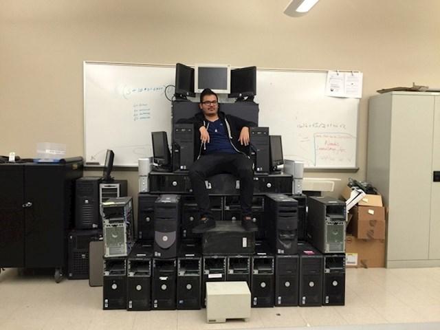 """""""Na poslu imamo lika koji je veliki obožavatelj Igre prijestolja. Danas je od hrpe računala napravio svoj tron."""""""