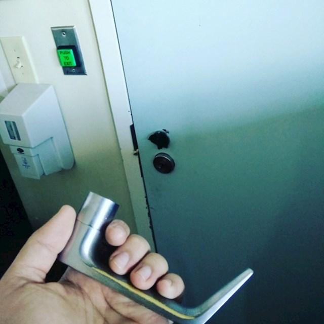 Kako sad otvoriti vrata? Nikako.