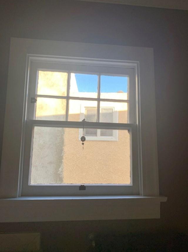 """""""Naš susjed je renovirao kuću i postavio novi prozor na mjesto koje gleda ravno u našu kupaonicu."""""""