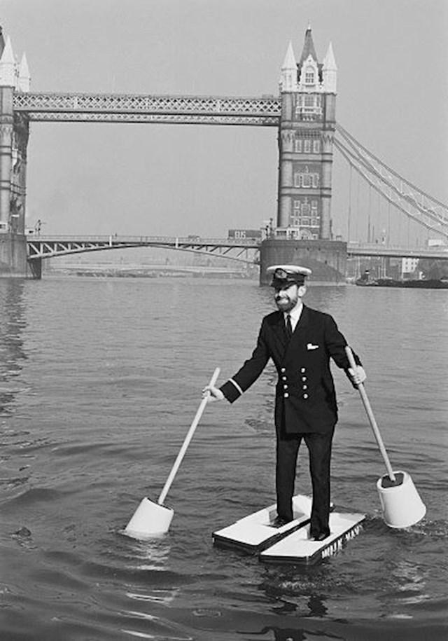 """Alan Hogarth hoda na rijeci Temzi pomoću """"cipela"""" od stiropora koje je sam napravio, 1971."""