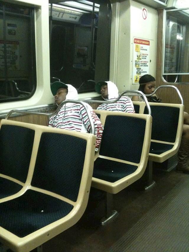 Jedino objašnjenje je da su blizanci koji se namjerno jednako oblače.