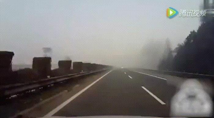 Snimka s autoceste pokazuje zbog čega morate biti jako pažljivi kada vozite kroz maglu