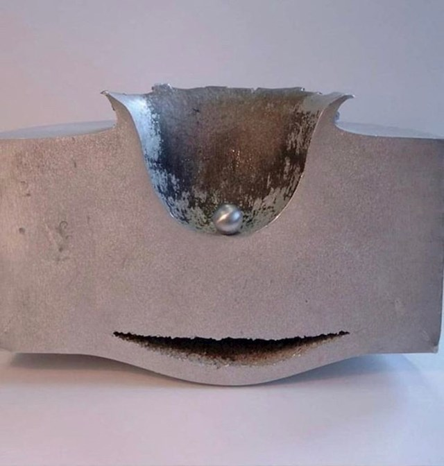 Udar aluminijske kuglice promjera 1 cm u aluminijski blok brzinom od otprilike 24 000 km/h