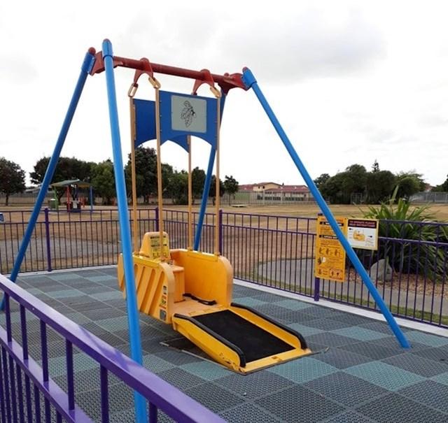 Ovo igralište ima ljuljačku za djecu koja su u invalidskim kolicima.