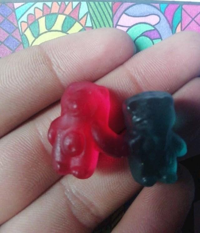 """""""Slučajno sam našao zaljubljene gumene medvjediće koji se drže za ruke."""""""