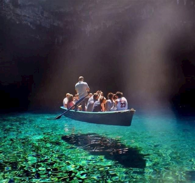 Voda je toliko čista da čamac izgleda kao da lebdi.