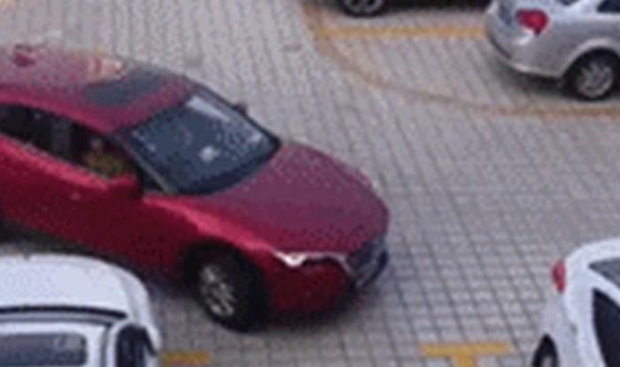 Netko je snimio smiješnu situaciju s curama koje su imale velike probleme s parkiranjem