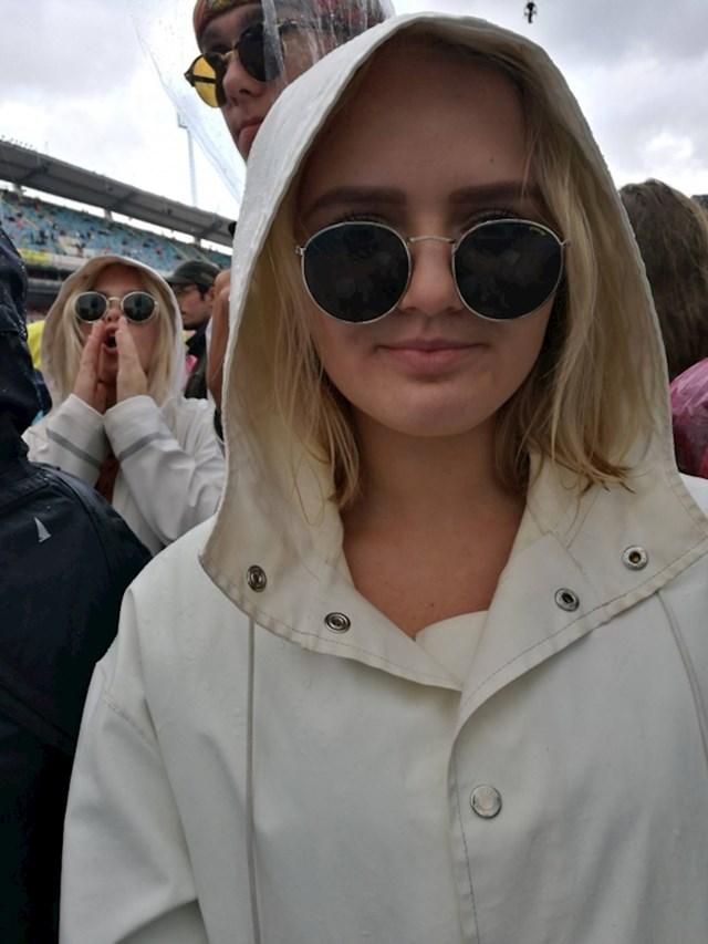 Na koncertu je primijetila da iza nje stoji nepoznata djevojka koja izgleda kao ona.