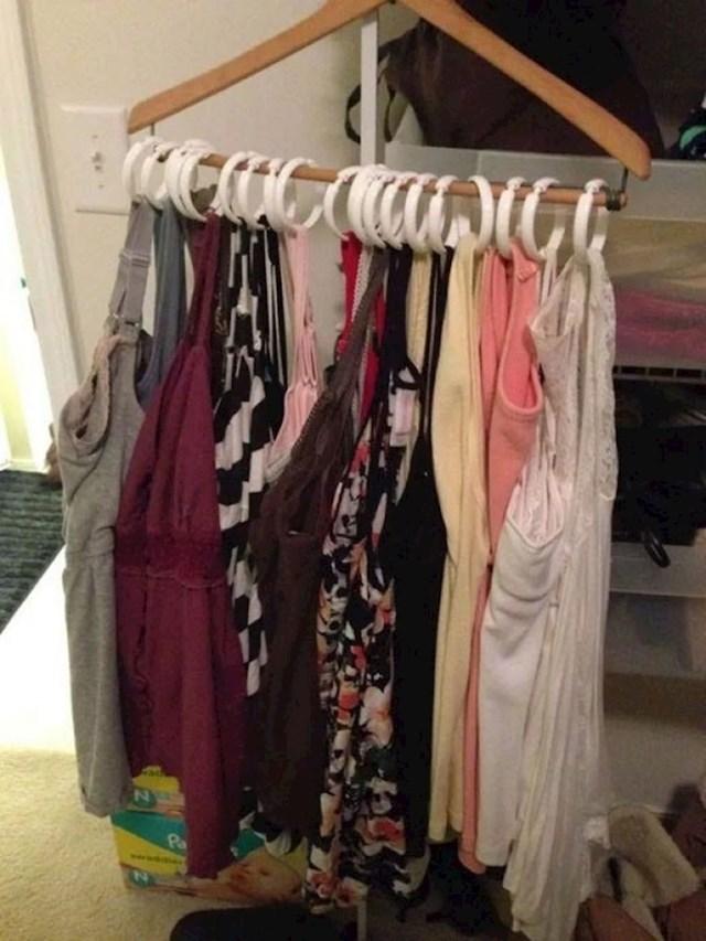 Evo kako možete objesiti više odjeće na jednu vješalicu...