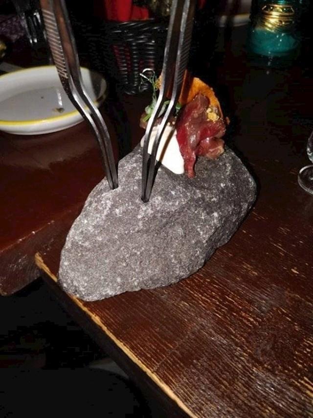 Ova osoba je svoju hranu dobila na kamenu.