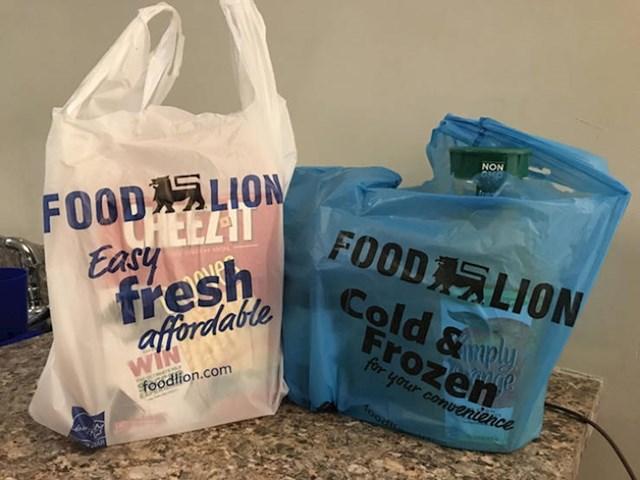 Ovaj supermarket na blagajnama ima radnike koji vam spremaju stvari u vrećice. Imaju plave vrećice za hladne proizvode kako biste kod kuće znali što odmah trebate staviti u hladnjak (i što u autu ne biste trebali stavljati na sunce).