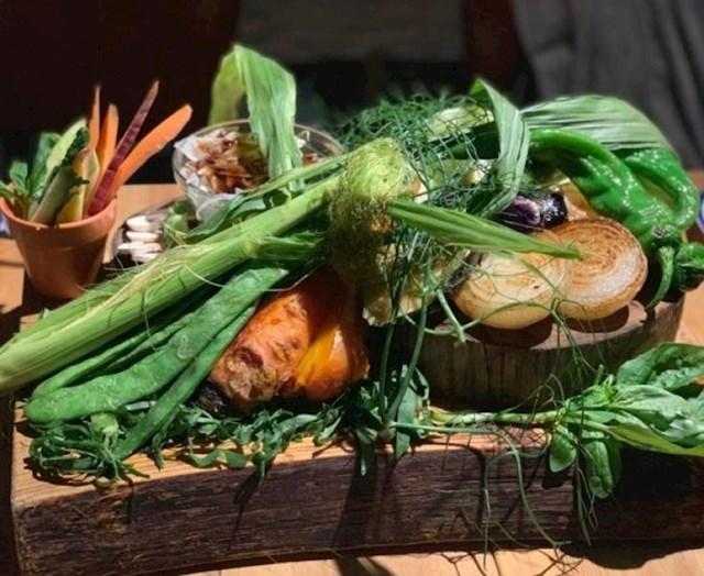 Ovaj vegetarijanski specijalitet izgledao je kao da je netko na dasku nabacao hranu iz vrta.