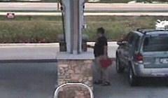 Nadzorna kamera je na benzinskoj snimila urnebesnu scenu sa zbunjenim likom