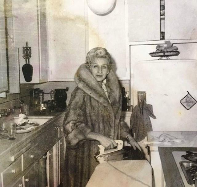 """Ljudi su bili spremni raditi čudne stvari kako bi izgledali bolje na fotografiji. Ova gospođa je """"slučajno"""" nosila svoj najskuplji kaput dok je u kuhinji peglala odjeću."""