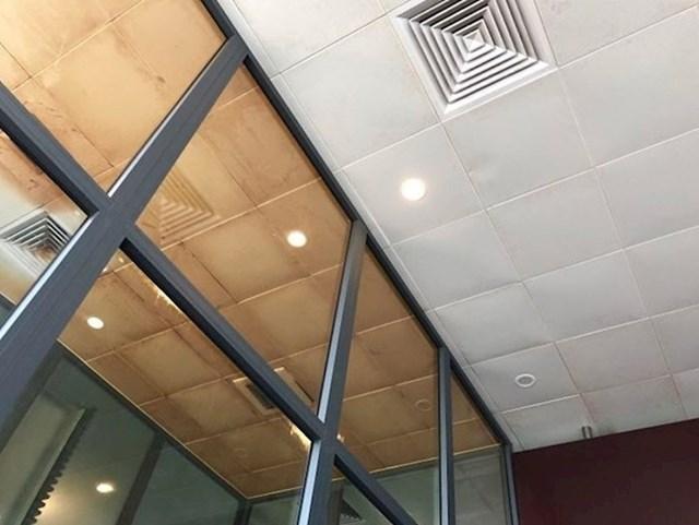 Usporedba stropa u pušačkom prostoru i prostoru za nepušače
