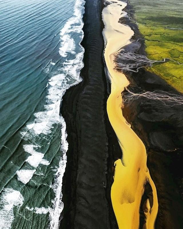 Ovo je mjesto na Islandu na kojem se spajaju ocean, crna plaža, žuta rijeka i zelena polja.