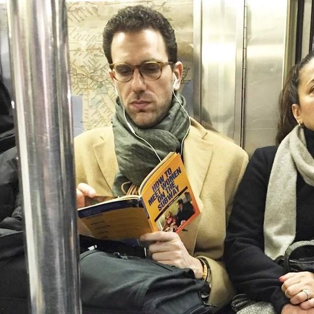 """Muškarac u podzemnoj željeznici čita knjigu s naslovom """"Kako upoznati ženu u podzemnoj željeznici"""". Sretno."""