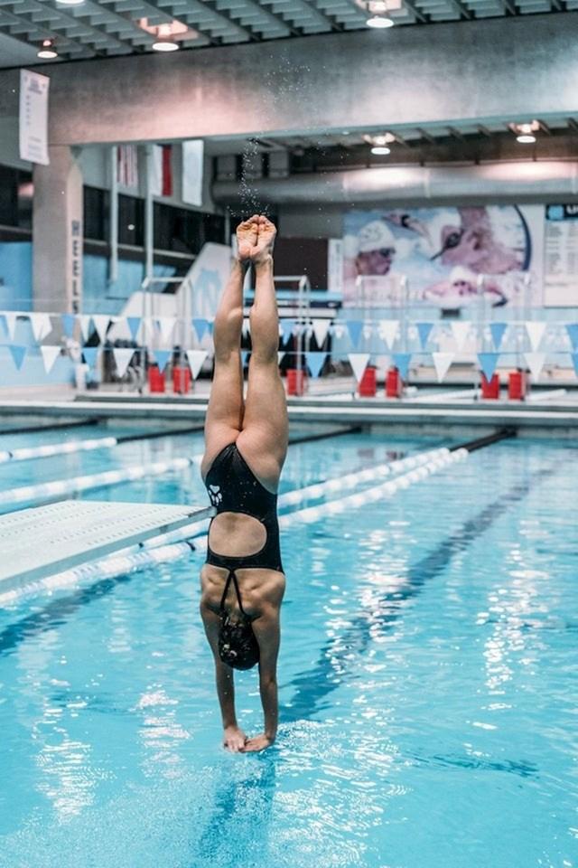 Ova plivačica izgleda kao da stoji na rukama, i to na vodi!