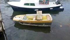 BAR JE POKUŠAO Dalmatinac je na svom čamcu ostavio ploču s tekstom te njome nasmijao prolaznike