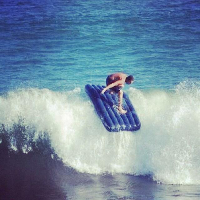 Njemu za surfanje ne treba daska.