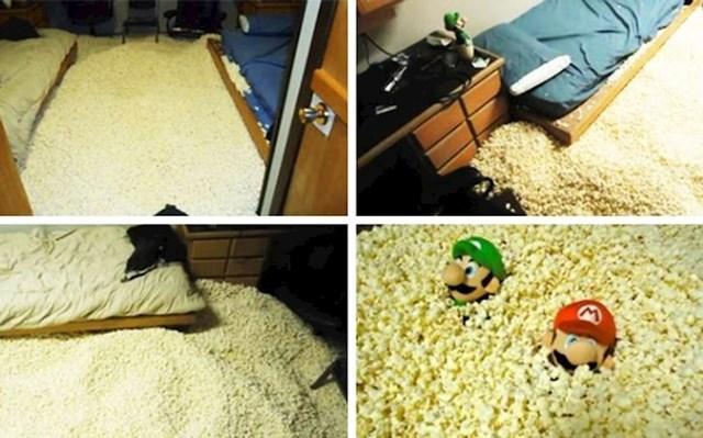 """""""Kad su mu cimeri otišli, lik je ušao u sobu i napunio je kokicama."""""""
