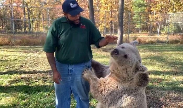 VIDEO Medvjedica je nakon nekoliko godina ponovno vidjela čovjeka koji je brinuo o njoj, evo kako je reagirala