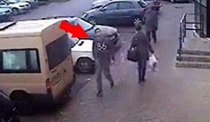 Hodao je ulicom pa primijetio da nešto nije u redu, kamera je snimila šokantnu scenu