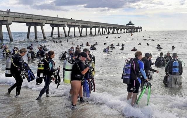 633 ronilaca su u Floridi postavila svjetski rekord: Iz mora su izvukli 737 kg smeća i 30 kg ribarske mreže.