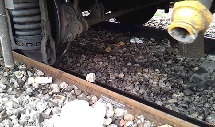 VIDEO Odgovor na vječno pitanje: Što bi se dogodilo kad biste vlaku podmetnuli kamen na tračnice?