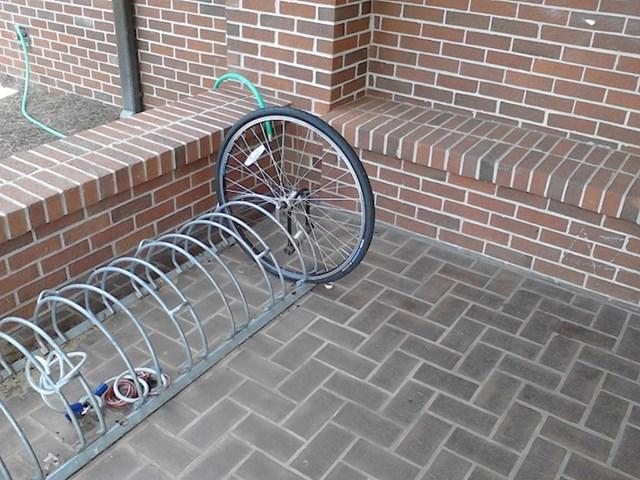 Ovo je sve što je ostalo od nečijeg bicikla.