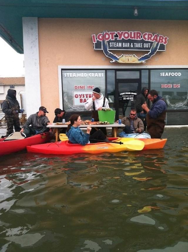 Grad je bio poplavljen, no oni su htjeli uživati u hrani.