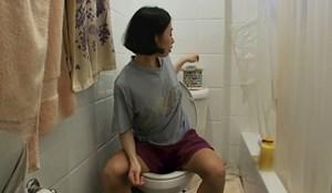 """Ovako izgleda život žene koja je toliko škrta da ne želi """"bacati novac"""" na WC papir"""