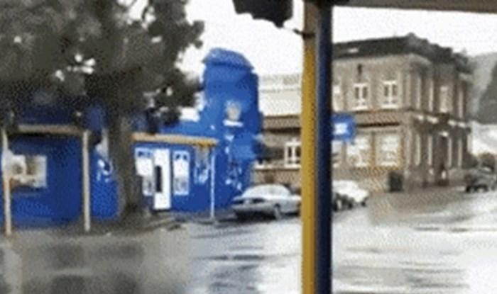 Tijekom oluje su stajali i snimali raskrižje, a onda se dogodilo nešto jako čudno