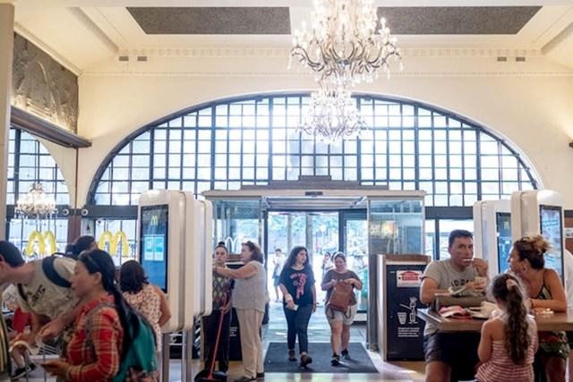 """""""Kristalni lusteri koji vise u ovom restoranu snažan su kontrast u odnosu na ono što obično vidimo u McDonald's restoranima."""""""