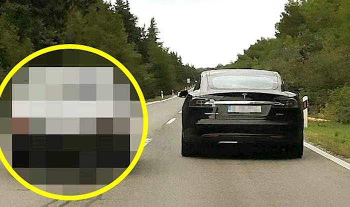 URNEBESAN PRIZOR NA CESTI 🚗 Vozač je slikao nešto što je valjda moguće samo kod nas