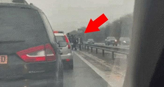 Na autocesti je došlo do velikih kolona, a onda je vozač primijetio nešto čudno